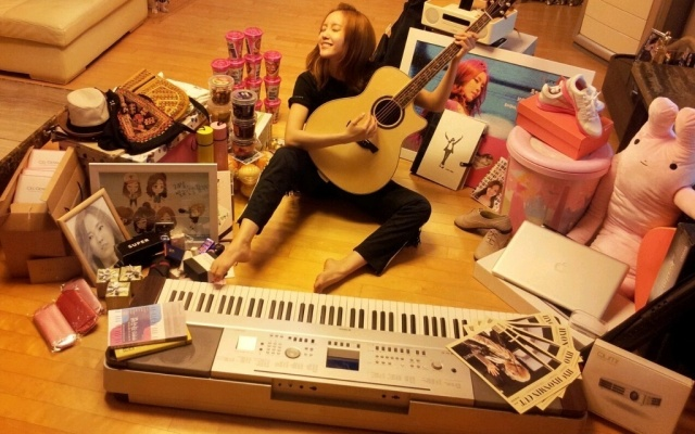 Hyomin z T-ara vyfocená s dárky od svého fanklubu