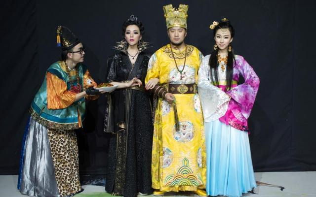 Královská rodina a rádce z muzikálu Večeře pro princeznu