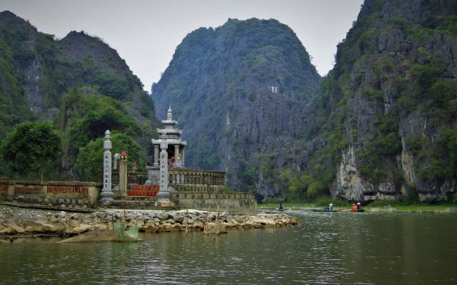 Po řece Ngo Dong, Tam Coc