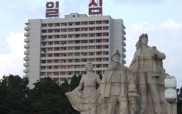 Sochy v Pchjongjangu reprezentující proletářskou třídu, symbol socialismu