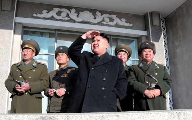 Prezident Kim Jongun se dívá na letecké cvičení na návštěvě jednotky čísla 1070 vojenského letectva