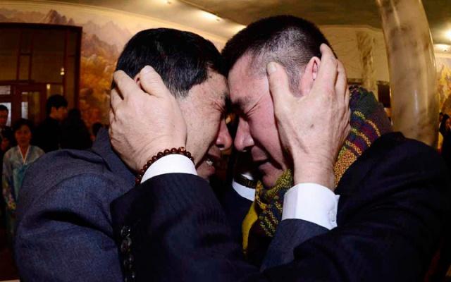 Park Yang Gon z Jižní Koreje po levé straně a jeho severokorejský bratr Park Yang Soo během setkání