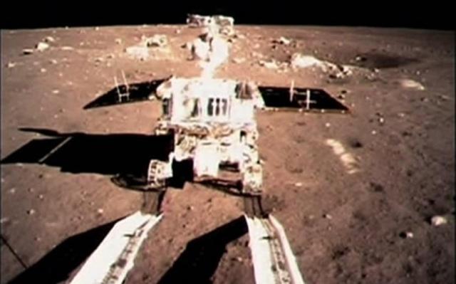 Yutu právě sjíždí na měsíční povrch