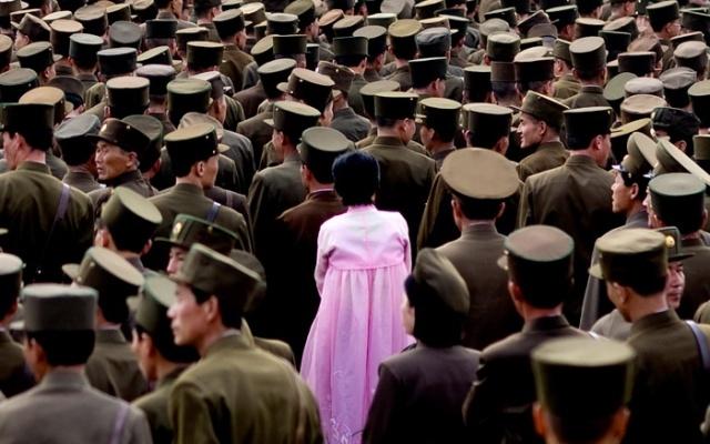 Žena v davu vojáků