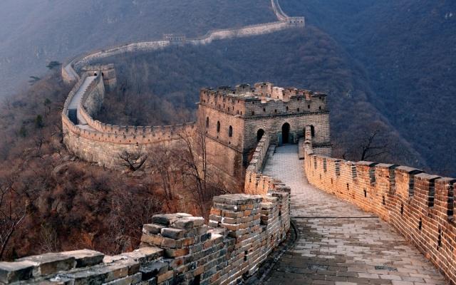 Velká čínská zeď vinoucí se jako kamenný drak
