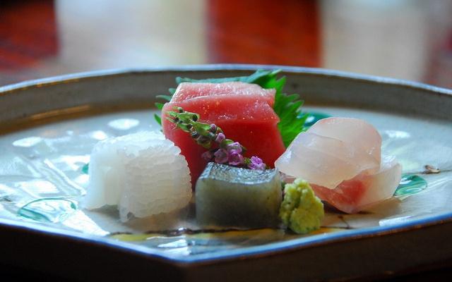Úhledně naaranžovaný chod hostiny kaiseki