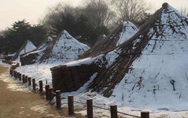 Amsadong - prehistorická vesnice, kde je možné si prohlídnout typickou keramiku pro střední neolit a další dochované památky