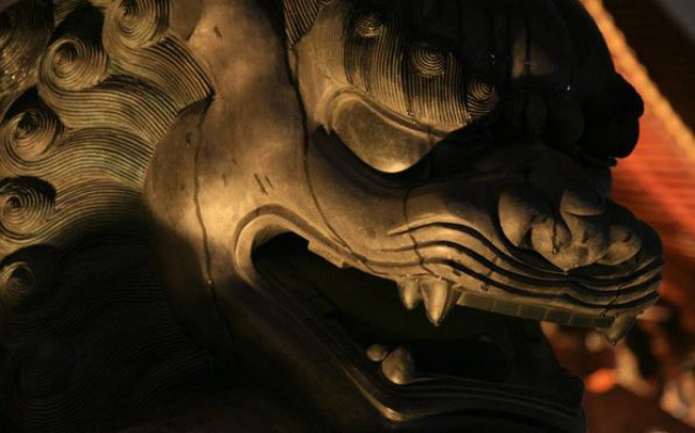Ďábelský pohled mají tu noc i sochy kolem