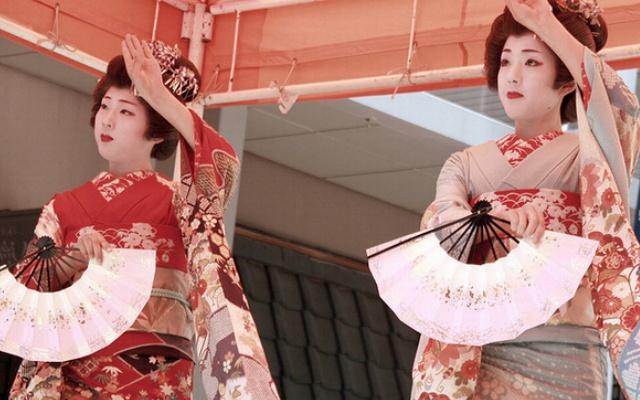 Líčící se gejša