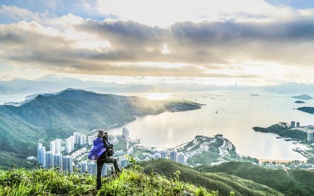 Výhled na část Hongkongu z jedné z mnoha hor