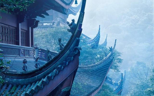 Mlhavé ráno v chrámu Lingyin