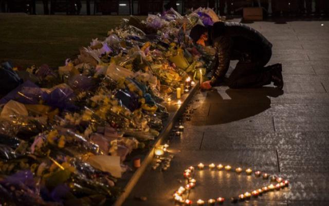 Kytice a svíčky na úctu mrtvých.