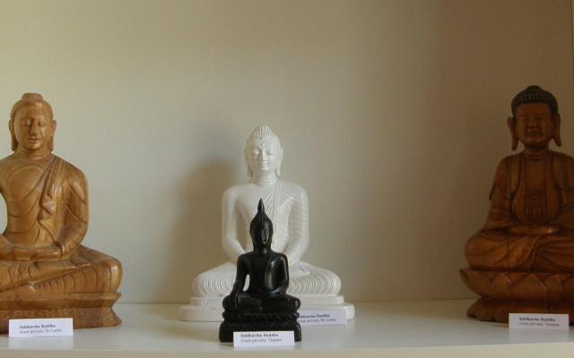 Buddhistické sošky k vidění v centru Lotus