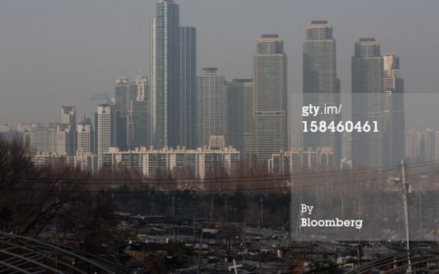 Velké mrakodrapy se tyčí nad obydlími, které jakoby by patřily do úplně jiného světa.