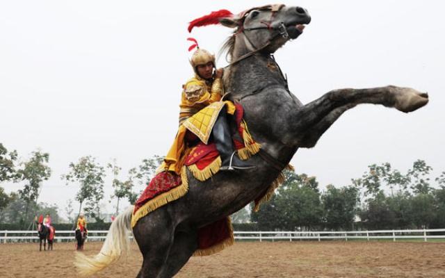 Jezdec předvádějící nacvičenou sestavu v historickém oděvu dynastie Tang