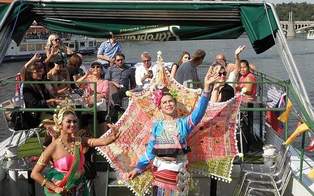 Thajské tanečnice na lodi Moravia