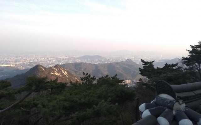 Výhled na Soul z chrámu v národním parku Bukhansan
