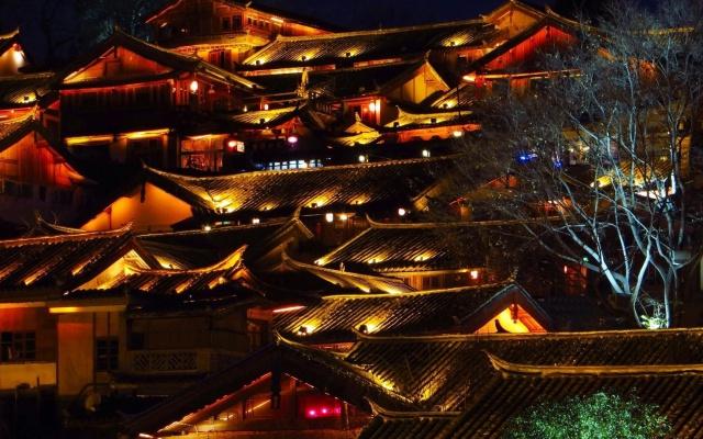 Noční snímek městečka Lijiang