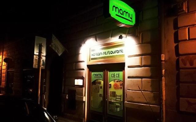 Restaurace Mamy zvenčí v noci
