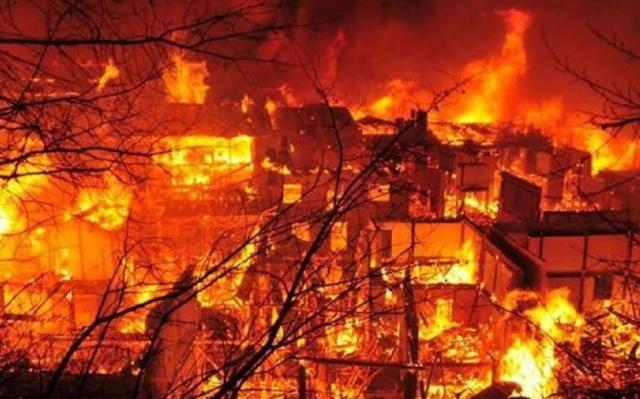 Snímek požáru města Dukezong pořízený mobilním telefonem