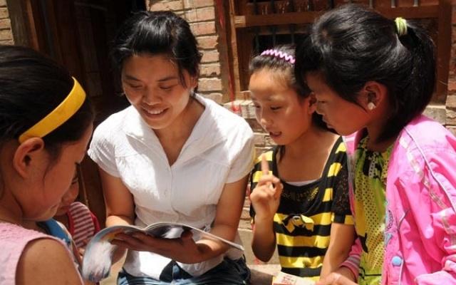 Li Ling předčítá svým žákům z nové knihy