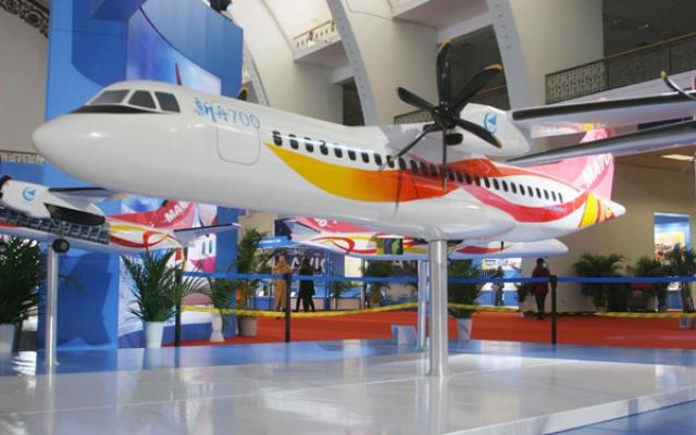 Model letounu MA-700 vystavený pro veřenost