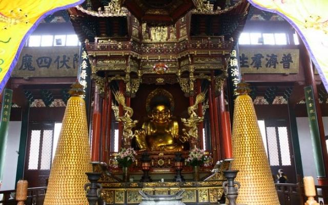 Uvnitř chrámu Lingyin