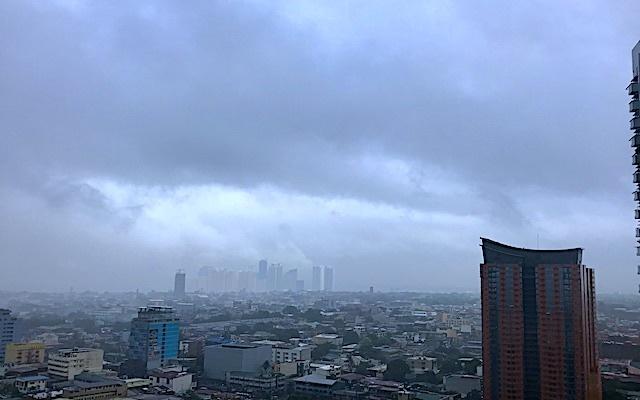 Jeden z přícházejících tajfunů. Manila, Filipíny