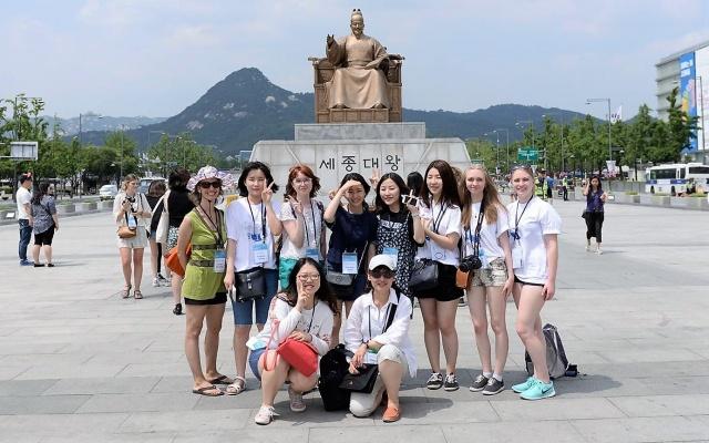 Král Sejong a studenti na výletě