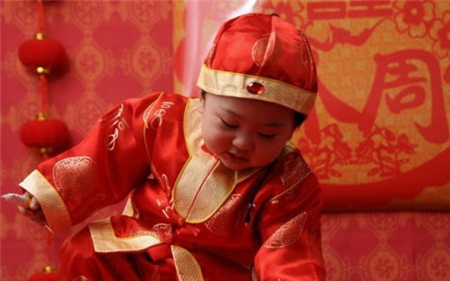 Rituál Zhua zhou v tradičním kostýmu