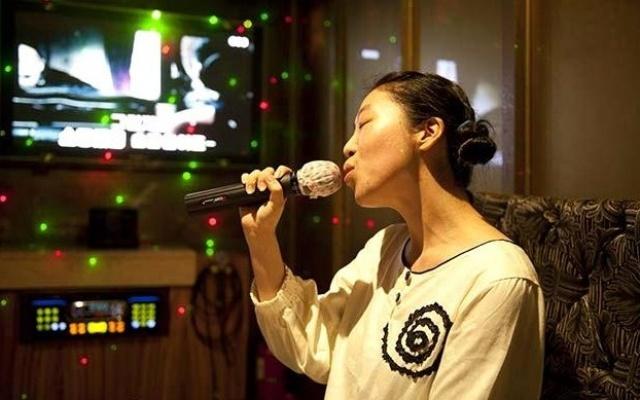 Někdo si rád zazpívá sám