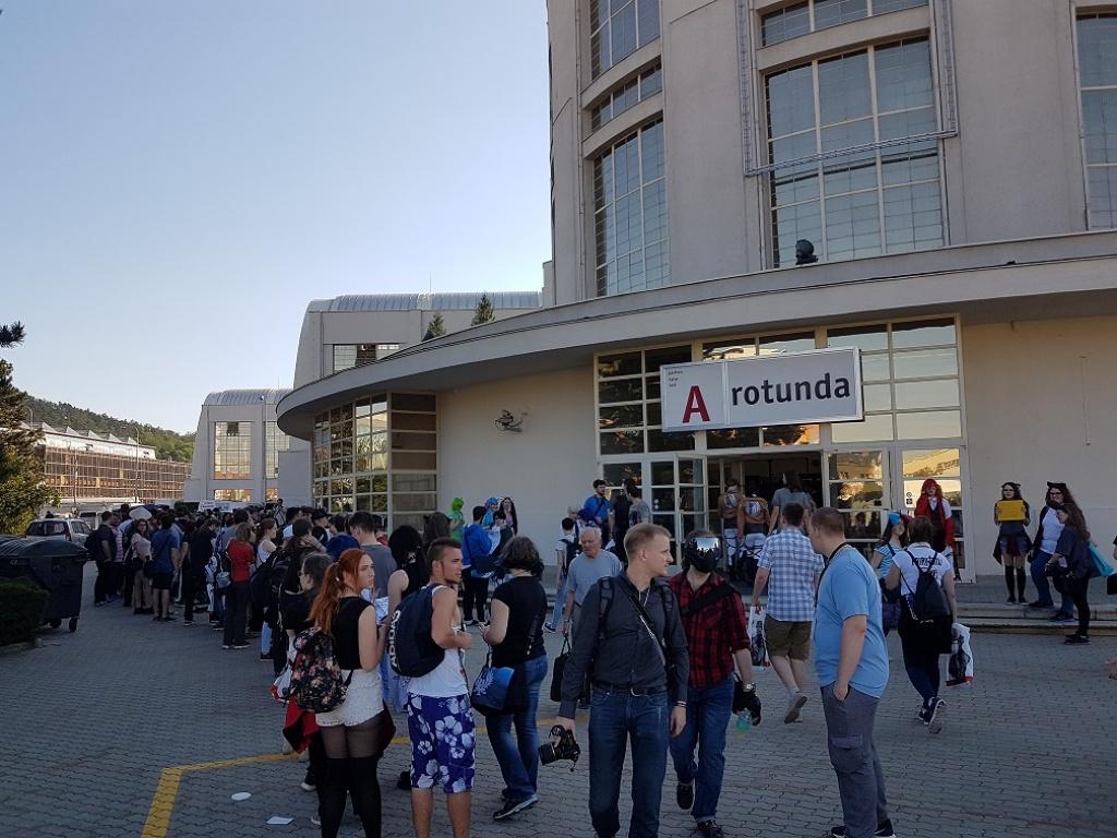 Fronta na zahájení kolem budovy Rotunda