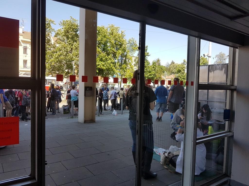 Hlavni vchod před otevřením conu