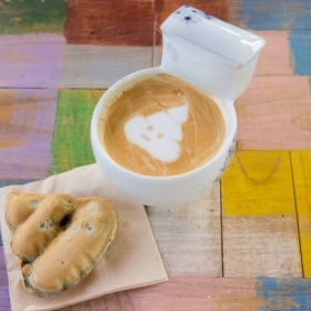 Někdo vytváří v kávě obrázek např. srdíčka, tady tam máte hovínko...