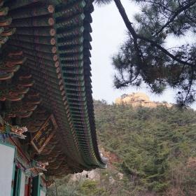Okolí chrámu.