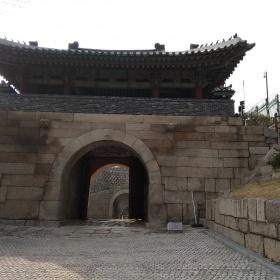 Brána Donuimum.