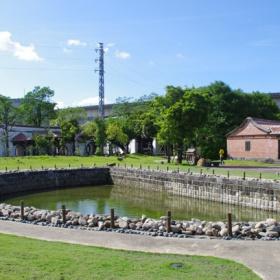 Půlměsícový rybník – pojmenován po svém tvaru, který je podle Feng Shui nejlepší pro přinášení bohatství, bylo také použito jako zásobárna vody, prevence ohně a udržování příjemné teploty
