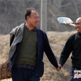Haixia a Wenqi vyráží sázet stromy každé ráno v 7 hodin.